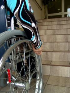 Barrieren in einer Uni: Rollstuhl vor einer Treppe