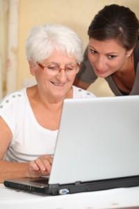 Ältere Frau macht einen Computerkurs