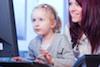 Mutter und Tochter am PC im Internet