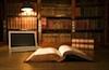 Bibliothek mit Bücherregal und Notebook