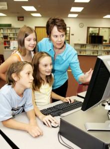 Kinder lernen in einer Bibliothek an einem Computer
