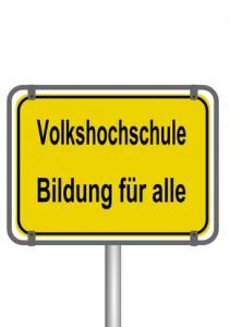 Schild: VHS Erwachsenenbildung für alle