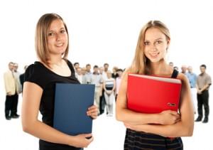 Schülerinnen mit Ordnern